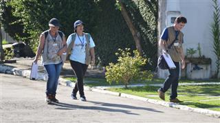Agentes de combate a endemias fazem vistoria em residência