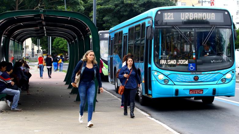 Passageira em ponto de ônibus na região central de São José