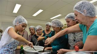 Oficina ensina idosos a preparar receitas saudáveis