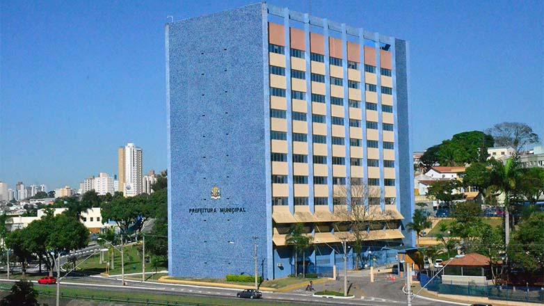 Vista panorâmica do fundo e da lateral do Paço Municipal, prédio onde funciona a sede da Prefeitura de São José dos Campos
