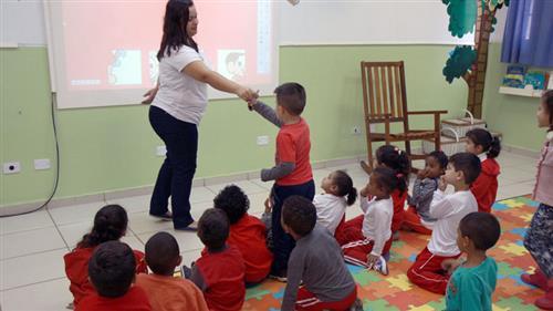 Professora com alunos