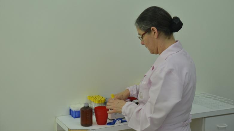 Profissional de saúde faz preparativos para coleta de sangue