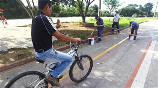 Serviço de pintura na ciclovia instalada na Avenida Antonio Galvão Júnior, no bairro Galo Branco (região leste)