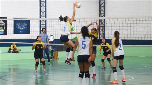 As meninas do sub-15 do São José/Atleta Cidadão, mantido pela Prefeitura, comemoraram o título de campeãs da 2ª Copa de Vôlei