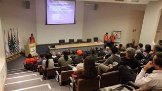 O treinamento é feito por técnicos da Defesa Civil e inclui aula teórica e testes práticos de situações de emergência