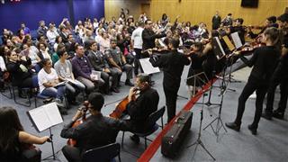 Apresentação musical no encontro, que foi realizado na Câmara Municipal e reuniu representantes do poder público e da sociedade