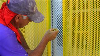 Trabalhadores executam serviços na creche do Jardim Santa Edwiges
