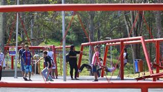 Frequentadores participam de atividades no Parque Alberto Simões