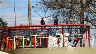 Crianças brincam no Parque Alberto Simões
