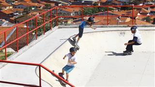 Skatistas na pista de street do Parque Alberto Simões