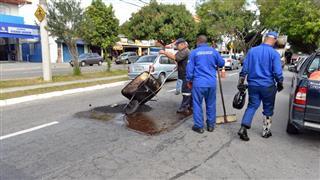 Serviço de tapa-buraco na Avenida Cidade Jardim