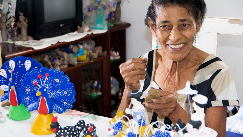 Mudinha aprendeu o ofício com sua mãe, que usava as figuras de barro para educar a filha, que nasceu com deficiência da fala
