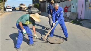 O objetivo é retirar areia, lixo, folhas de árvores e animais, facilitando o escoamento da água pelas galerias de drenagem pluvial