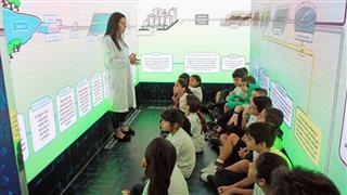A atividade na carreta começa com o tratamento da água e do esgoto residencial e, em seguida, os visitantes passam pelo laboratório