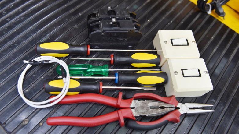 As modalidades oferecidas à comunidade são de Eletricista Instalador Residencial e Controle Dimensional
