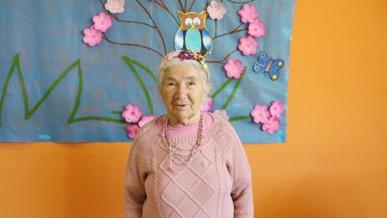 Interessada no concurso, dona Júlia Félix, 79 anos moradora dos Bosque dos Eucaliptos, já se enfeita com tiara de flores no cabelo