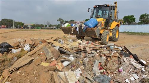 A ofensiva da Prefeitura contra o descarte irregular de lixo em áreas públicas ganhou a adesão dos moradores , que têm contribuído para a redução da sujeira