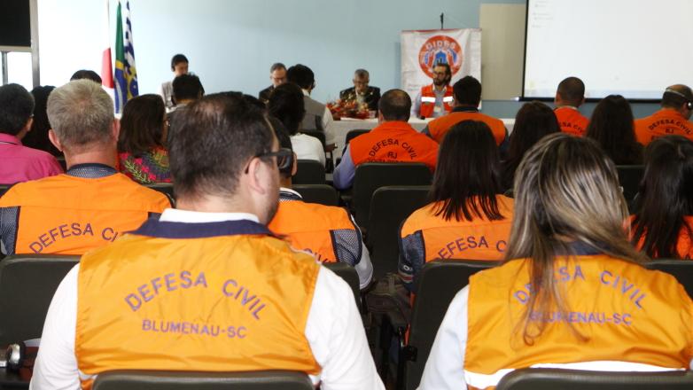 Entre os participantes, estavam pesquisadores, especialistas, profissionais da área de gestão de desastres naturais e Defesas Civis