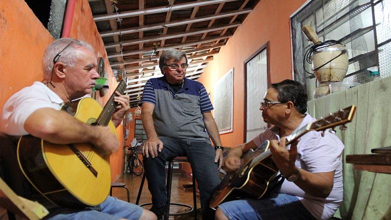 O músico sertanejo Ibrahim estará acompanhado dos amigos Jorge Violeiro e José Arildo
