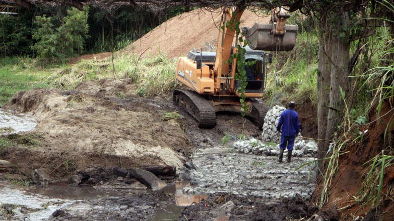 A passarela corria risco de desabamento, já que sua estrutura foi danificada devido à erosão causada pelas chuvas fortes dos últimos dias