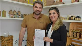 """""""O apoio da Prefeitura tem sido fundamental, indicando o caminho para licenciarmos nossa atividade"""", afirma o casal Fernanda e Cassio Cansian"""