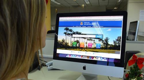 Mulher olha para tele de computador